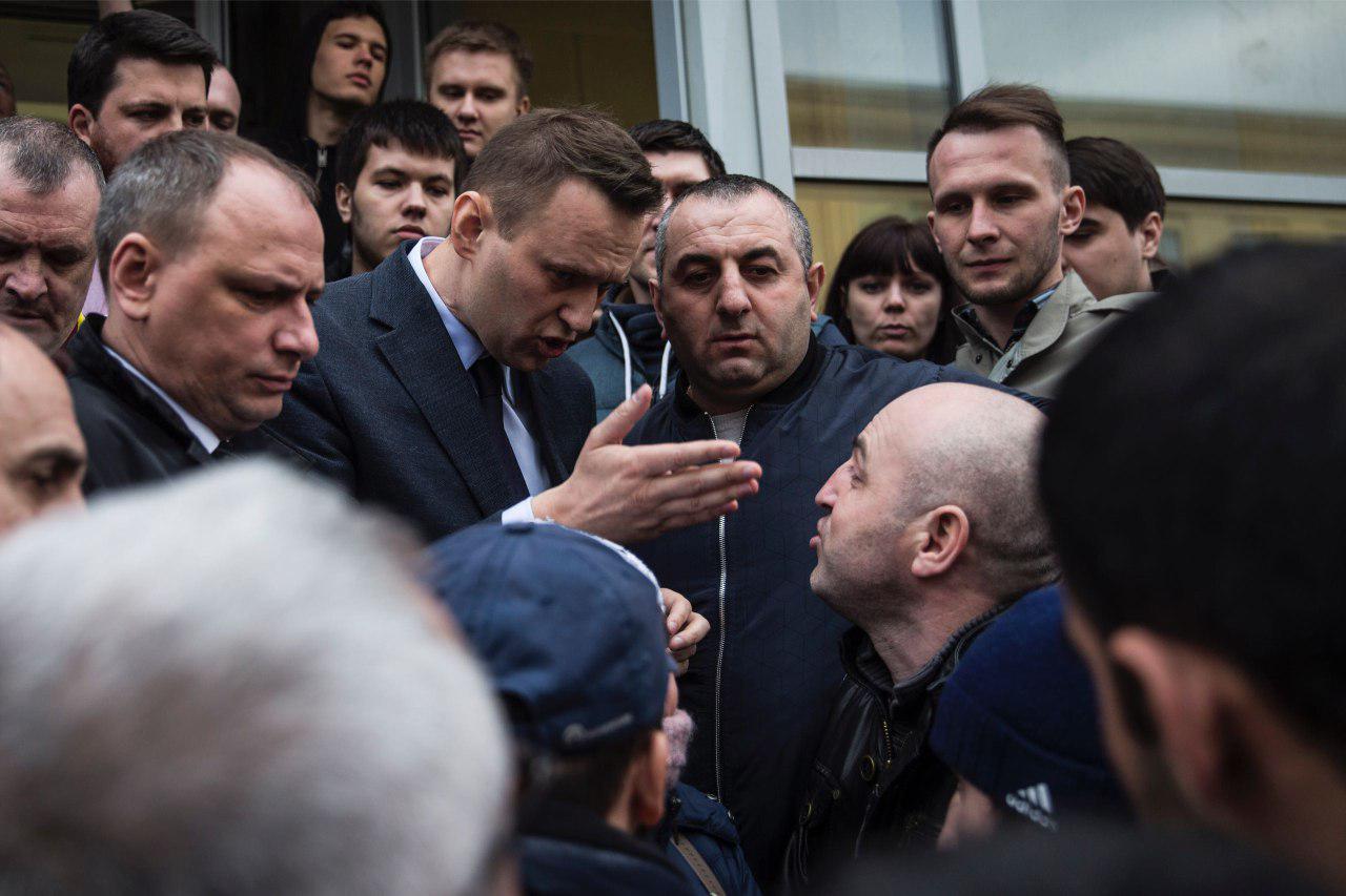 """Черножопые Волгограда вместе с едротом сити-мэнэджером """"оскорбились"""" и чуть не избили Навального за обзелённое фото """"Родины мать"""""""