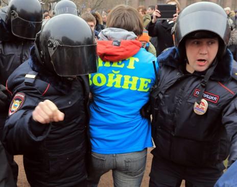 Российский суд оштрафовал активистов, стоявших в Барнауле с плакатами против коррупции - Цензор.НЕТ 7117
