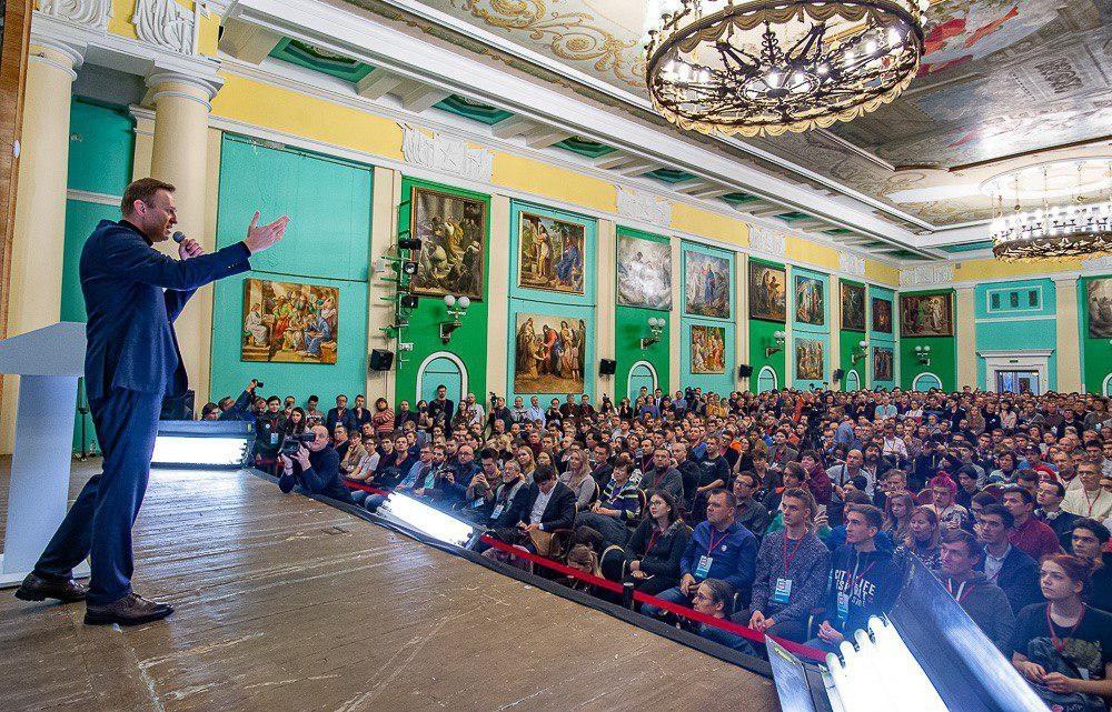 Картинки по запросу навальный конференция в Петербурге 2019