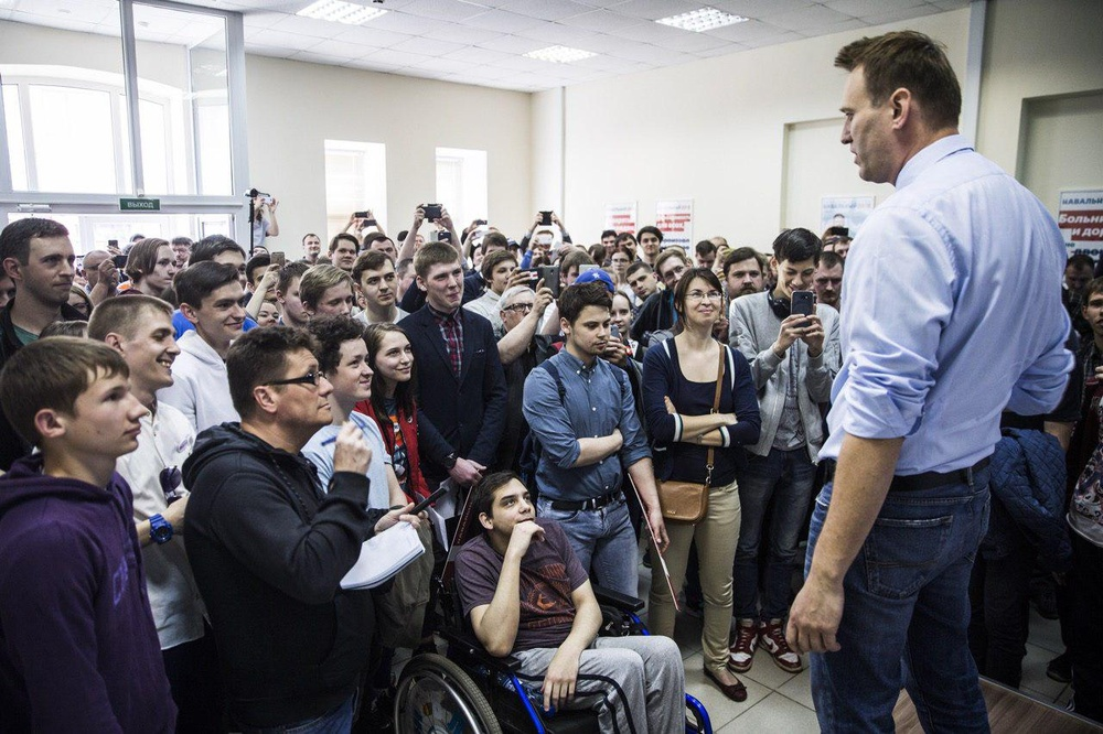 Пока путинские пропаГАНДОНЫ его типа сливают,Навальный открыл штабы  в Пскове и Новгороде