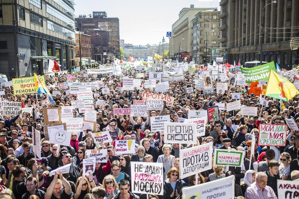 Боятся даже слов:Навального с семьёй вывели из загона для быдлопутинцев и не дали выступить на митинге против сноса